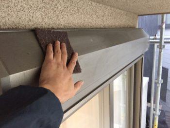横浜市神奈川区H様邸シャッターボックス塗替え前ケレン作業