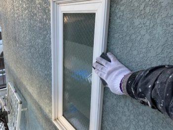横浜市神奈川区S様邸窓枠塗装施工前ケレン作業
