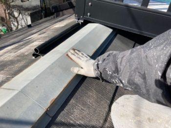 横浜市栄区T様邸サーモアイ4F屋根棟板金塗装塗り替え工事中