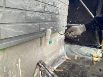 横浜市栄区T様邸水切り塗装UVカットクリヤー施工中画像