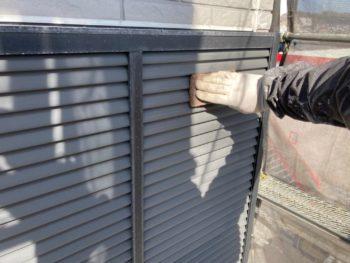 横浜市栄区T様邸雨戸塗り替え前ケレン作業