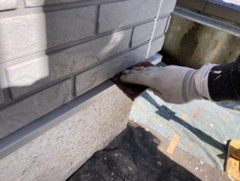 横浜市栄区T様邸水切り塗装前ケレン作業画像