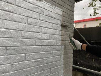 横浜市栄区T様邸ダイヤモンドコート外壁塗装上塗り1回目施工中