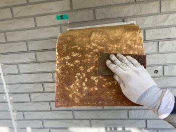 横浜市栄区T様邸換気フード塗り替え前ケレン作業