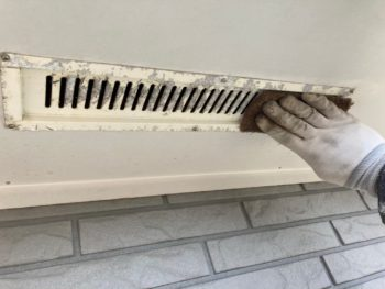 横浜市栄区T様邸軒天換気口塗装前ケレン作業画像