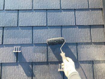横浜市港南区H様邸屋根塗り替え上塗り2回目施工中