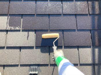 横浜市港南区H様邸屋根塗り替え下塗り1回目施工中
