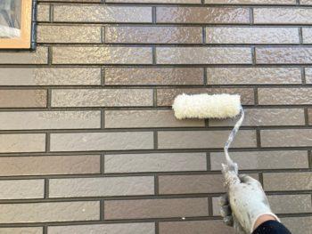 横浜市港南区H様邸UVプロテクトクリヤー外壁塗装上塗り1回目塗装中画像