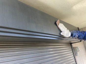 横浜市栄区W様邸シャッターボックス塗り替え前ケレン作業