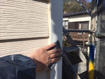 横浜市栄区O様邸コーナーモール塗り替え前ケレン作業