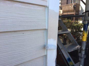 横浜市栄区O様邸コーナーモール塗り替え上塗り1回目塗装中