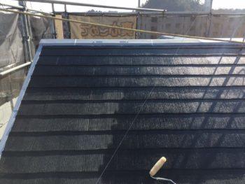 横浜市栄区O様邸屋根塗り替え下塗り1回目施工中