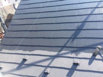 横浜市栄区O様邸屋根塗装上塗り2回目施工中