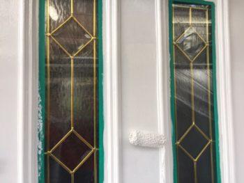 横浜市栄区O様邸玄関扉上塗り2回目塗装中