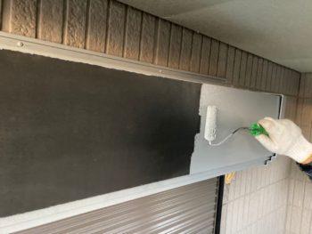 横浜市栄区W様邸シャッターボックス塗り替え錆止め塗装中