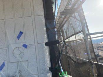 横浜市栄区W様邸雨樋上塗り2回目塗装中