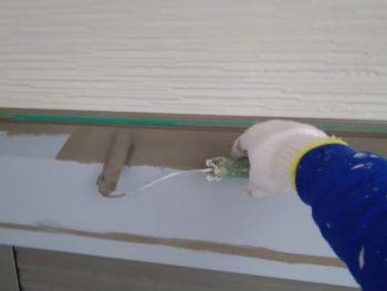 横浜市金沢区A様邸シャッターボックス塗り替え上塗り1回目施工中