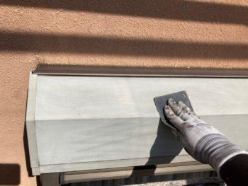 横浜市港南区O様邸シャッターボックス塗り替え前ケレン作業