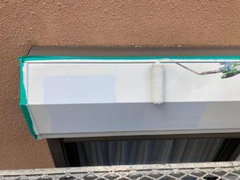 横浜市港南区O様邸シャッターボックス塗り替え上塗り1回目施工中