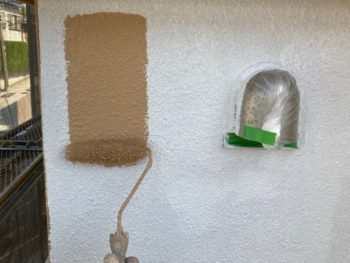 横浜市港南区O様邸パーフェクトセラミックトップG外壁塗装上塗り1回目施工中