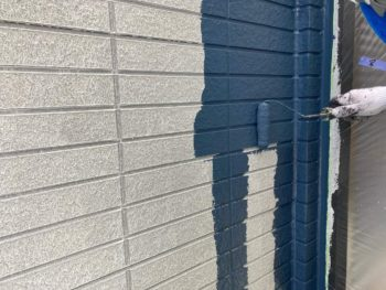横浜市保土ヶ谷区H様邸外壁塗り替え上塗り1回目施工中