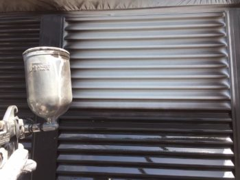 横浜市泉区W様邸雨戸塗り替え上塗り1回目施工中