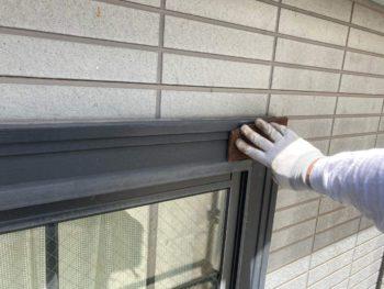 横浜市保土ヶ谷区H様邸窓枠化粧モール塗り替え前ケレン作業