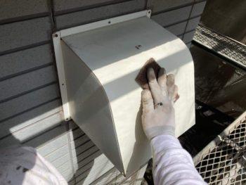 横浜市保土ヶ谷区H様邸換気フード塗り替え前ケレン作業