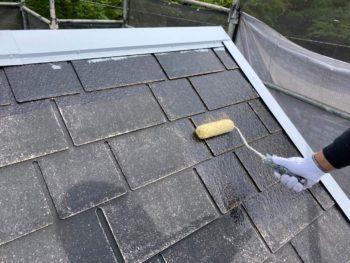 横浜市保土ヶ谷区H様邸屋根塗り替え下塗り1回目施工中