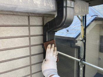 横浜市保土ヶ谷区H様邸雨樋塗り替え前ケレン作業