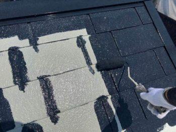 横浜市保土ヶ谷区H様邸屋根塗り替え上塗り1回目施工中