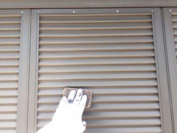 横浜市泉区W様邸雨戸塗り替え前ケレン作業