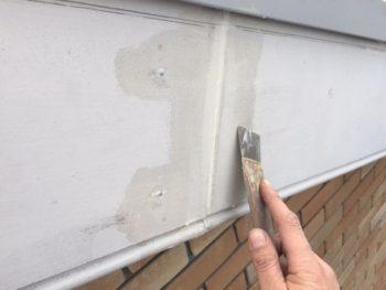 横浜市港南区M様邸破風塗装前クラック補修作業