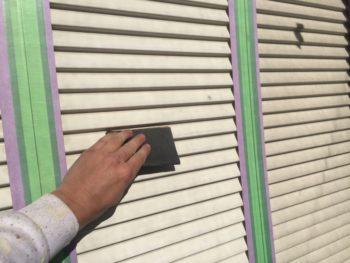横浜市港南区M様邸雨戸塗装前ケレン作業