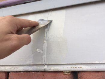 横浜市港南区M様邸幕板塗り替え前クラック補修作業